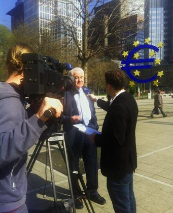 Prof. Pohl giving an interview about the Euro symbol on 10.04.15 in Frankfurt. (Leonie Bueb)