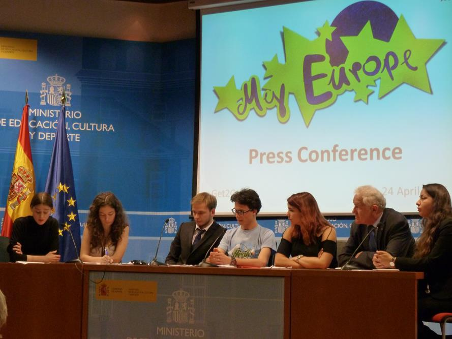 """My Europe"" press conference in Madrid with the speakers of the working groups Anathea, Simona, Alex, Miguel and Leonor, founder Prof. Pohl and Youth Council for the Future chairwoman Alessandra (from left to right), Spotlight Europe"